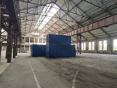 Containerwand in Industriekulisse